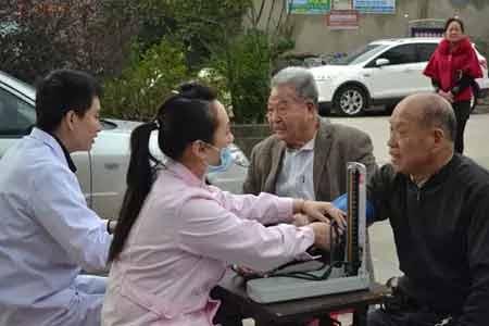 """福州医博肛肠医院义诊进敬老院,为老人健康""""把脉"""""""